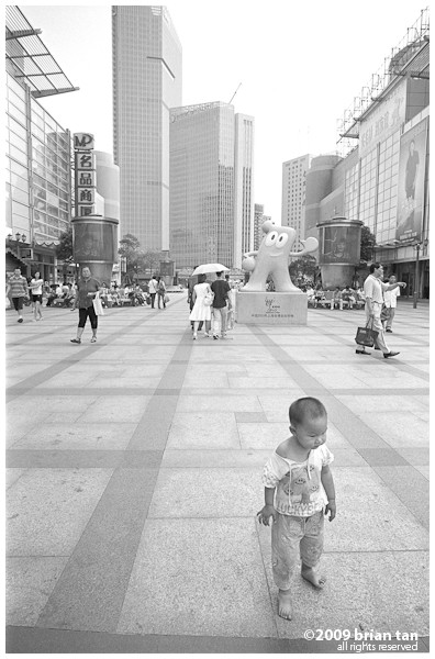 The railway station is also a place for Shanghainese to hang around. This boy was running all around while his grandmother chats with someone.