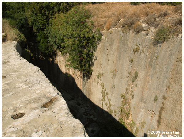From up there, it is possible to see how the rock was cut deep to form the tunnel