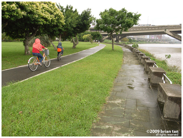 And this is the bicycle path on Danshui river...